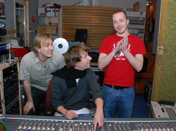 http://indiemusicpeople.com/uploads2/123392_9_24_2008_5_41_58_AM_-_dollygrip_2008_-_dollygrip_in_de_studio.jpg